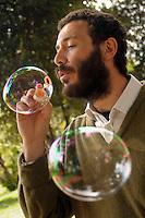 Carlo Buontempo, climatologo del Met Office, il centro meteorologico britannico ed esperto in cambiamenti climatici, mentre soffia le bolle di sapone per gli esperimenti sul vento...