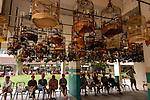 Singapore Chinatown Il canto degli uccelli. Ogni domenica mattina i cinesi si recano o al caffe o in alcuni parchi con la propria gabbia, solitamente moltoi e bella e decorata, a sentire il proprio ucello cantare. Radunati gli uccelli su appsiti fili o tra i porticati i prorietari sorseggiano un caffè ed ascoltano orgogliosi la propria bestiola