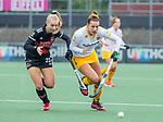 AMSTELVEEN -  Frederique Matla (DenBosch) in duel met Lana Kalse (Adam) tijdens de hoofdklasse hockeywedstrijd dames,  Amsterdam-Den Bosch.   COPYRIGHT KOEN SUYK