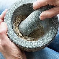 Räuchern, getrocknete Kräuter für die Rauhnachts-Räucherung, Raunachts-Räucherung werden zerkleinert, Mörser, Zerkleinern, Rauhnächte, Raunächte, Räucherritual, Räuchern mit Kräutern, Räucherkräuter, Kräuter verräuchern, Wildkräuter, Duftkräuter, Duft, Smoking, Smoking with herbs, wild herbs, aromatic herbs, fumigate, cure. Tüpfel-Johanniskraut, Echtes Johanniskraut, Tüpfeljohanniskraut, Hypericum perforatum, St. John´s Wort. Gewöhnlicher Beifuß, Beifuss, Artemisia vulgaris, Mugwort, common wormwood. Gemeiner Wacholder, Heide-Wacholder, Heidewacholder, Juniperus communis, Common Juniper, Le Genévrier commun, Genièvre. Gewöhnliche Fichte, Rot-Fichte, Rotfichte, Picea abies, Common Spruce, Norway spruce, L'Épicéa, Épicéa commun. Mistel, Laubholz-Mistel, Weißbeerige Mistel, Viscum album, Mistletoe, European mistletoe, common mistletoe, mistle, Le gui, gui blanc, gui des feuillus. Schwarzer Holunder, Sambucus nigra, Fliederbeeren, Fliederbeere, Common Elder, Elderberry, Sureau commun, Sureau noir. Fichtenharz, Fichten-Harz, Baumharz, Harz, liquid pitch, tree gum, galipot, gallipot