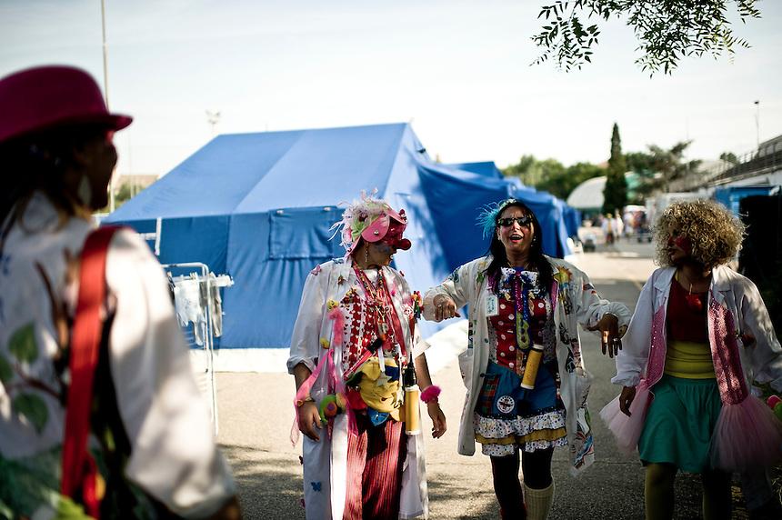 Finale Emilia 27 maggio 2012 -  Campo 2, un gruppo di volontari si apprestano ad animare il campo per anziani e bambini. Sono tutti soccorritori esperti ed hanno anche fatto un corso per clown.