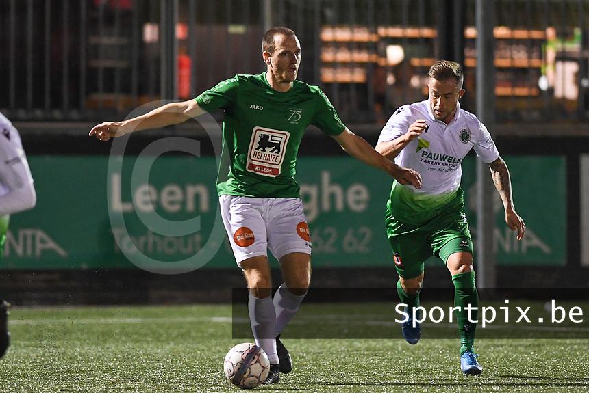 Torhout KM - Jong Lede  : Jens De Landtsheer aan de bal voor Gianny Vanhaecke (r)<br /> Foto David Catry | VDB | Bart Vandenbroucke
