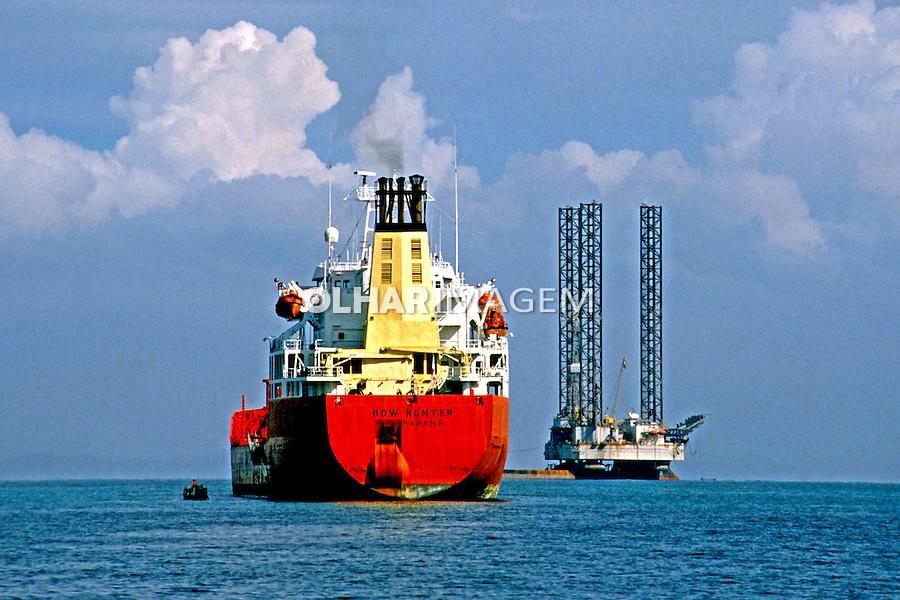 Navio petroleiro na Baia de Todos os Santos. Bahia. 1988. Foto de Juca Martins.