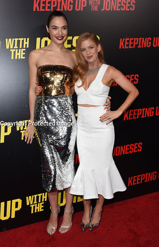 Gal Gadot + Isla Fisher @ the premiere of 'Keeping Up With The Joneses' held @ the Fox studios backlot. October 8, 2016 , Los Angeles, USA. # PREMIERE DU FILM 'KEEPING UP WITH THE JONESES'