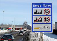 Impressionen aus Larvik - im Bild: Schild mit den in Norwegen geltenden Geschwindigkeitsbegrenzungen - es steht an der Ausfahrt des Fährhafens um die neu angekommenden Ortsfremden zu informieren.  Foto: Norman Rembarz<br /> <br /> Jegliche kommerzielle Nutzung ist honorar- und mehrwertsteuerpflichtig! Persönlichkeitsrechte sind zu wahren. Es wird keine Haftung übernommen bei Verletzung von Rechten Dritter. Autoren-Nennung gem. §13 UrhGes. wird verlangt. Weitergabe an Dritte nur nach  vorheriger Absprache. Online Nutzung ist separat kostenpflichtig.