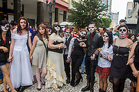 CURITIBA, PR, 02.03.2014 - CARNAVAL / ZOMBIE WALK - Participantes da zombie walk fantasiado de zumbi percorreram o centro de Curitiba na tarde deste domingo (02), na 6ª edição  da Zombie Walk, já se tornou uma atração fixa no circuito alternativo do carnaval da capital paranaense.  A concentração aconteceu na Boca Maldita com termino às 16h, na Praça Eufrásio Correia. (Foto: Paulo Lisboa / Brazil Photo Press)