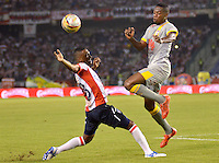 BARRANQUILLA -COLOMBIA, 11-NOVIEMBRE-2015.Ivan Velez (IZQ)  jugador del Atlético Junior  disputa el balón con Leyvin Balanta del Independiente Santa Fe  por el partido de la final ida de la Copa  Aguila II 2015 jugado en el estadio Metropolitano Roberto Meléndez./ Ivan Velez  Atletico Junior player fights for the ball with   Leyvin Balanta  player of Independiente Santa Fe by the end of the first leg match of the Copa II 2015 Aguila played in Metropolitano Roberto Melendez  stadium . Photo: VizzorImage / Alfonso Cervantes / Contribuidor