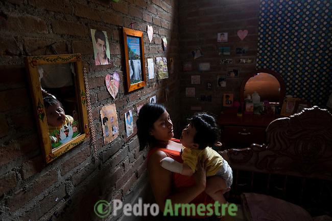 2015-03-04. UN &Aacute;NGEL CON LAS ALAS PEGADAS. &copy; Calamar2/Susana HIDALGO &amp; Pedro ARMESTRE<br />  Evelyn, de 14 a&ntilde;os, juega con su hermano &Aacute;ngel C&eacute;sar el d&iacute;a que regresa a casa tras la intervenci&oacute;n m&eacute;dica. <br />  &Aacute;ngel C&eacute;sar Alonso, de 10 meses, naci&oacute; por ces&aacute;rea en Chiclayo (Per&uacute;) y los m&eacute;dicos le diagnosticaron s&iacute;ndrome de Apert, una enfermedad gen&eacute;tica que afecta a la forma de la cabeza y que hace que el peque&ntilde;o tenga los ojos abultados y padezca sindactilia (los dedos de las manos y de los pies pegados). El s&iacute;ndrome de Apert es una de las 7.000 enfermedades raras que existen en el mundo y su prevalencia oscila entre 1 y 6 casos por cada 100.000 nacimientos. La historia de este beb&eacute; es la historia de unos padres coraje, C&eacute;sar Cruz y Edita Jim&eacute;nez, que se desviven para que el peque&ntilde;o pueda tener la mejor calidad de vida posible. C&eacute;sar y Edita acudieron el pasado mes de marzo junto a su beb&eacute; al hospital San Juan de Dios, en Chiclayo, al reclamo de una campa&ntilde;a solidaria de intervenciones quir&uacute;rgicas organizadas por la Sociedad Espa&ntilde;ola de Cirug&iacute;a Pl&aacute;stica, Reparadora y Est&eacute;tica (Secpre) y la ONG Juan Ciudad. Los cirujanos espa&ntilde;oles le operaron las manos para separar unos dedos de otros. La intervenci&oacute;n dur&oacute; aproximadamente una hora y media y el peque&ntilde;o necesit&oacute; de curas posteriores.<br /> La operaci&oacute;n fue el primer paso en la mejora de la salud de &Aacute;ngel. Necesitar&aacute; al menos otra m&aacute;s para separar los dedos de los pies. Sus padres son humildes y apenas tienen recursos.  C&eacute;sar, el padre, trabaja levantando casas de adobe. Edita, la madre, vive para su hijo y le gustar&iacute;a en un futuro retomar su profesi&oacute;n de enfermera. &copy; Calamar2/Pedro ARMESTRE<br /> <br />  AN ANGEL WITH THE WIN