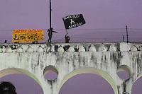 RIIO DE JANEIRO,RJ31.10.2013: ATO GRITO DA LIBERDADE NO CENTRO DO RIO- Ato unificado reuniu  milhares de manifestantes no Forum do Rio, na Avenida Primeiro de Março nesta tarde. Grupos que defendem a liberdade de expressão, pessoas do meio artistico e outros grupos se reuniram as 15:00 horas e depois sairam em passeata, passaram pela Alerj em direção a Cinelândia.  Entre as reivindicações, estão as péssimas condições de transporte público e fortes críticas contra o governo de Sergio Cabral e do prefeito Eduardo Paes. O grupo também pede a libertação de presos político detidos nos últimos protestos. Os manifestantes terminaram o ato nos Arcos da Lapa. SANDROVOX/BRAZILPHOTOPRESS