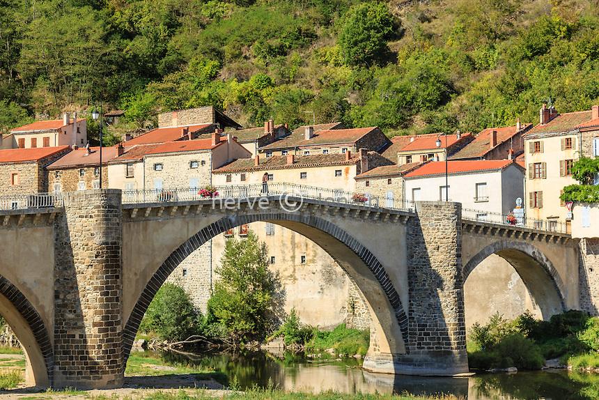 France, Haute-Loire (43), Lavoûte-Chilhac, l'Allier et le pont du XVe siècle  // France, Haute Loire, Lavoute Chilhac, the bridge of the fifteenth century over the Allier