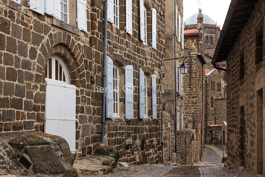 France, Haute-Loire (43), Le Puy-en-Velay, les maisons de la rue Saint Mayol // France, Haute Loire, le Puy en Velay, Saint Mayol street
