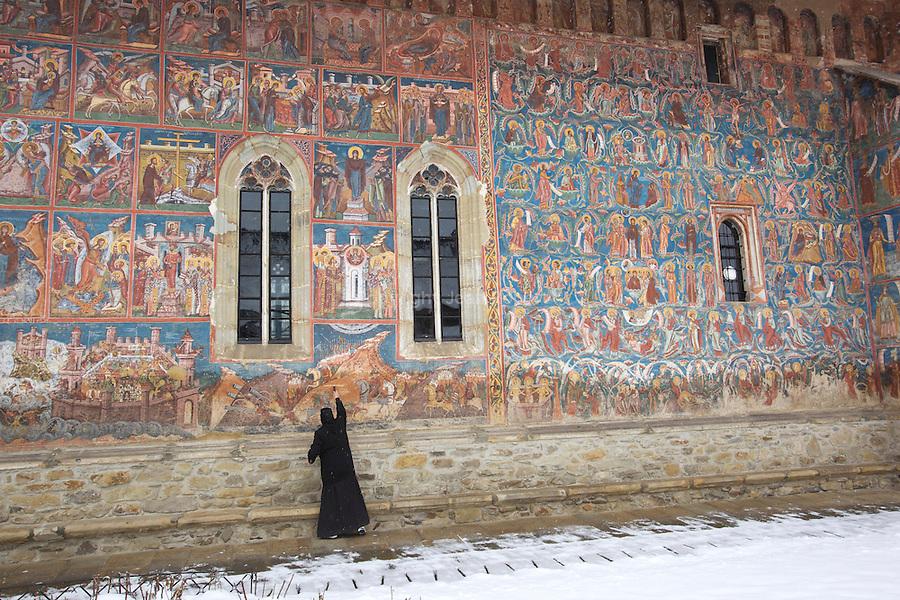 """monastère de .Moldovita.Le monastère fut construit en 1532 sous Petru Rares. La couleur dominante des fresques est le rouge brique; sur le mur du Sud se trouve le siège de Constantinople qui appartient au vingt-quatre épisodes de l'hymne de la vierge Marie et """"l'arbre d'Escei"""". Ce monastère n'est pas sans rappeler les forteresses médiévales ; les tours aux coins des murs de défense font 6 mètres de hauteur et 3 mètres d'épaisseur. .On the way to Moldovita monastery"""