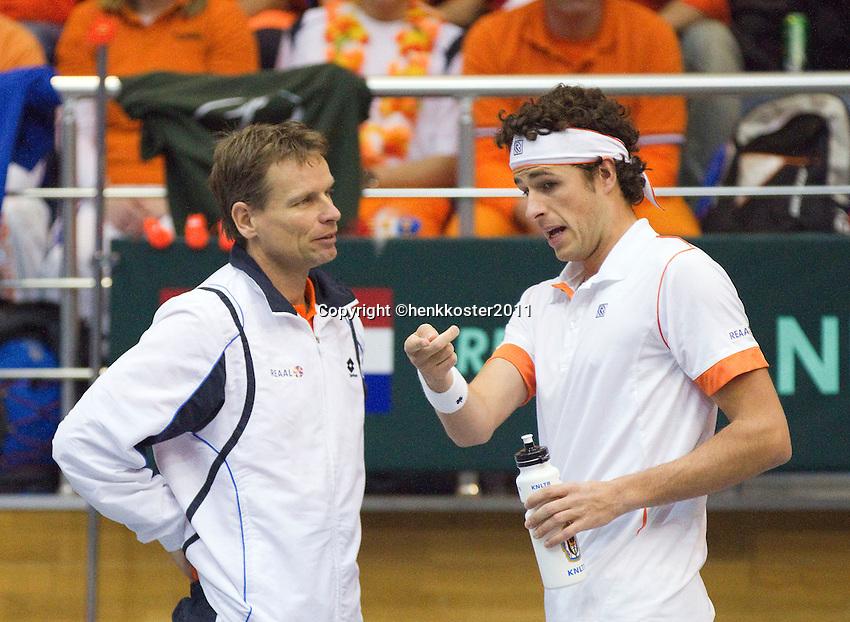 04-03-11, Tennis, Oekraine, Kharkov, Daviscup, Oekraine - Netherlands, Robin Haase tijdens de wissel in overleg met captain Jan Siemerink