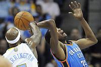 RGX038. DENVER, COLORADO (EEUU), 25/04/2011.- El jugador Al Harrington (i) de los Nuggets de Denver disputa la posesión del balón con Kevin Durant (d) de los Thunder de Oklahoma City durante el cuarto juego de los cuartos de final de conferencia que les enfrenta hoy, lunes 25 de abril de 2011, en el Pepsi Center de Denver, Colorado (EEUU). EFE/Rick Giase/PROHIBIDO SU USO EN CORBIS