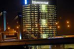 UTRECHT - Kantoortoren Westraven langs het Amsterdam-Rijnkanaal, de snelweg A12 en de Galecopperbrug, bij nacht. Het complex bestaat uit een uit 1975 daterende betonnen toren die in 2007 werd gerenoveerd en uitgebreid met kantoorvleugels aan de voet van de toren. Naar een ontwerp van bureau Cepezed uit Delft is het gehele gebouw bij de renovatie door bouwcombinatie Westraven volledig gestript en vervolgens voorzien van nieuwe plafonds, elektrische installatie en glasgevels. De bouwcombinatie bestond uit BAM Utiliteitsbouw, Ballast Nedam Bouw, Homij Technische Installaties en technische dienstverlener Imtech. COPYRIGHT TON BORSBOOM