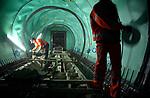 TERNEUZEN - Diep onder de Westerschelde werken bouwvakkers tussen de twee tunnelbuizen van de 6,7 km lange Westerscheldetunnel die Terneuzen met Ellewoutsdijk op Zuid-Beveland gaat verbinden, aan het betonvlechtwerk voor een dwarsverbinding tussen de twee tunnelbuizen.  Om lekkage te voorkomen is de grond rondom hen, achter het groene plastic, diep gevroren met vloeibaar stikstof. De bijna zeven kilometer lange tunnelbuizen krijgen op die manier 26 dwarsverbindingen met elkaar, zodat men bij gevaar naar de andere kant kan vluchten. De aanleg kost ca. 1,6 miljard gulden. COPYRIGHT TON BORSBOOM
