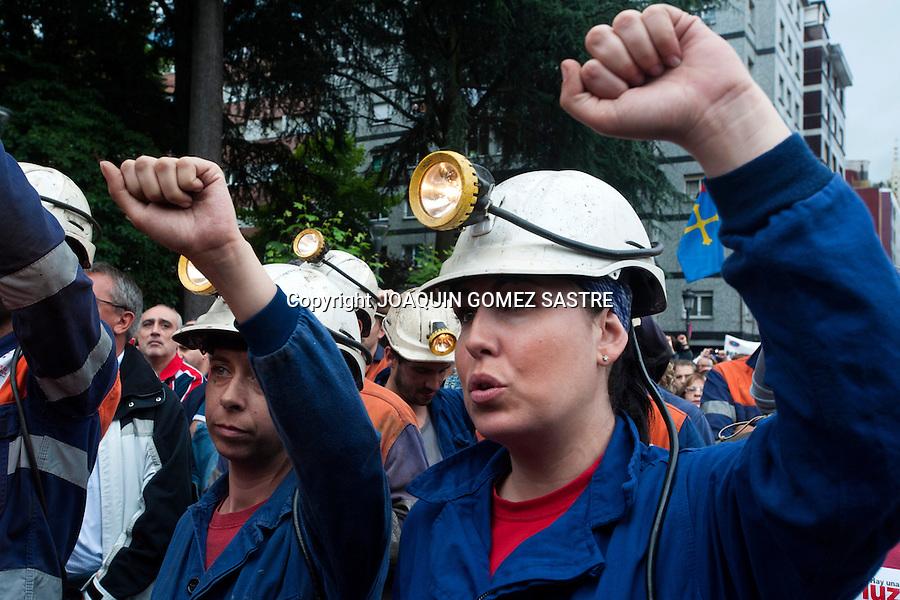 18 JUNIO 2012.LANGREO-ASTURIAS.Dos mijeres  minerasprotestan en la manifestacion del 18 junio en langreo-asturias.foto JOAQUIN GOMEZ SASTRE