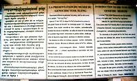PHNOM PEHN / CAMBOGIA.UN GRANDE PANNELLO ALL'ENTRATA DEL CENTRO DI DETENZIONE E TORTURA S-21 RICORDA I TRAGICI FATTI E LE SOFFERENZE DELLE VITTIME INCARCERATE E UCCISE DAI KHMER ROSSI DURANTE IL REGIME DI POL POT..FOTO LIVIO SENIGALLIESI