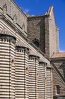 """Europe/Italie/Ombrie/Orvieto : Murs du """"Duomo d'Orvieto"""" avec des bandes de traversin blanc et de basalte gris bleu"""