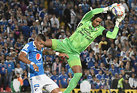 BOGOTA - COLOMBIA -22 -10-2017: Jose Cuadrado arquero de Caldas en acción con Ayron del Vallede Millonarios durante el encuentro entre Millonarios y Once Caldas por la fecha 16 de la Liga Aguila II 2017 jugado en el estadio Nemesio Camacho El Campin de la ciudad de Bogota. / Jose Cuadrado goalkeeper of Caldas in action with Ayron del Valle of Millonarios during match between Millonarios and Once Caldas for the date 16 of the Liga Aguila II 2017 played at the Nemesio Camacho El Campin Stadium in Bogota city. Photo: VizzorImage / Gabriel Aponte / Staff.