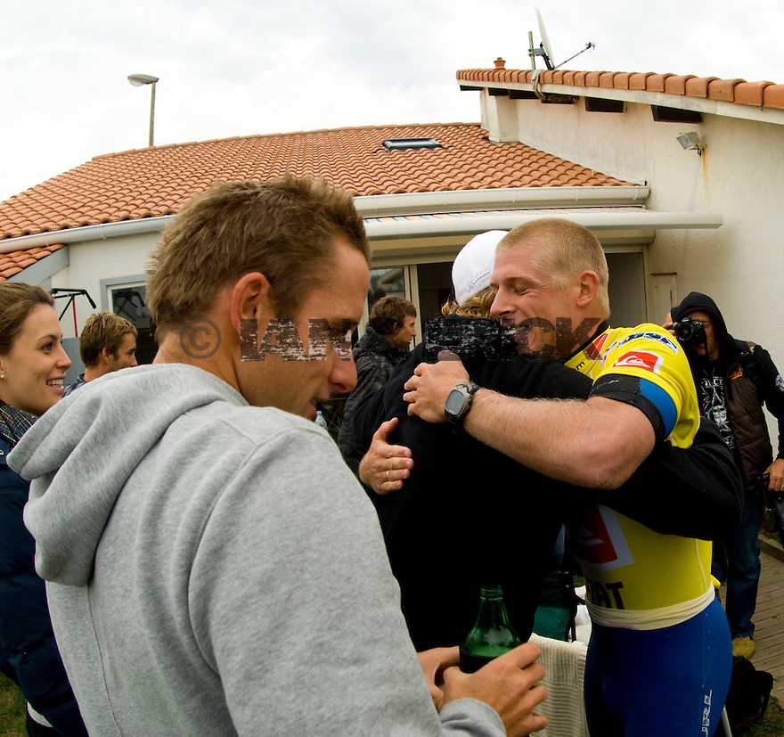 Bede Durbridge congratulating Mick at Belly's house.