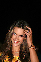 SAO PAULO, SP, 30 OUTUBRO 2012 - SAO PAULO FASHION WEEK – ALESSANDRA AMBROSIO- A modelo Alessandra Ambrosio e vista na Temporada Inverno 2013 da Sao Paulo Fashion Week, no Parque Villa Lobos na regiao sul da capital paulista, nesta terca-feira, 29. (FOTO: MAURICIO CAMARGO / BRAZIL PHOTO PRESS).