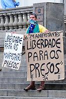 RIO DE JANEIRO,RJ,17.10.2013: PROTESTO CONTRA A PRISÃO DE MANIFESTANTES PRESOS- Manifestante faz protesto contra a prisão de manifestantes na última terça durante protesto dos professores. Os 200 manifestantes presos foram levados para cinco delegacias diferentes. SANDROVOX/BRAZILPHOTOPRESS