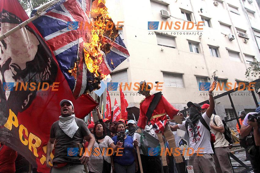 Bandiere inglesi vengono bruciate dai manifestanti.Buenos Aires 03/04/2012 Manifestazione e scontri nei pressi dell'Ambasciata Inglese nel 30° anniversario della guerra per le isole Falkland/Malvinas contro l'Inghilterra..Photo Insidefoto / Anatomica Press / Pablo Mouriño.ITALY ONLY