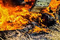 Una persona permanece debajo de un vehiculo el cual fue incendiado en un camino de terraceria a un kilometro al poniente del yunke Valenzuela ubicado el la carretera a Guaymas