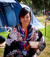 Japanees scout is offering soup at Cultural Festival in Winter town. Photo: André Jörg/ Scouterna