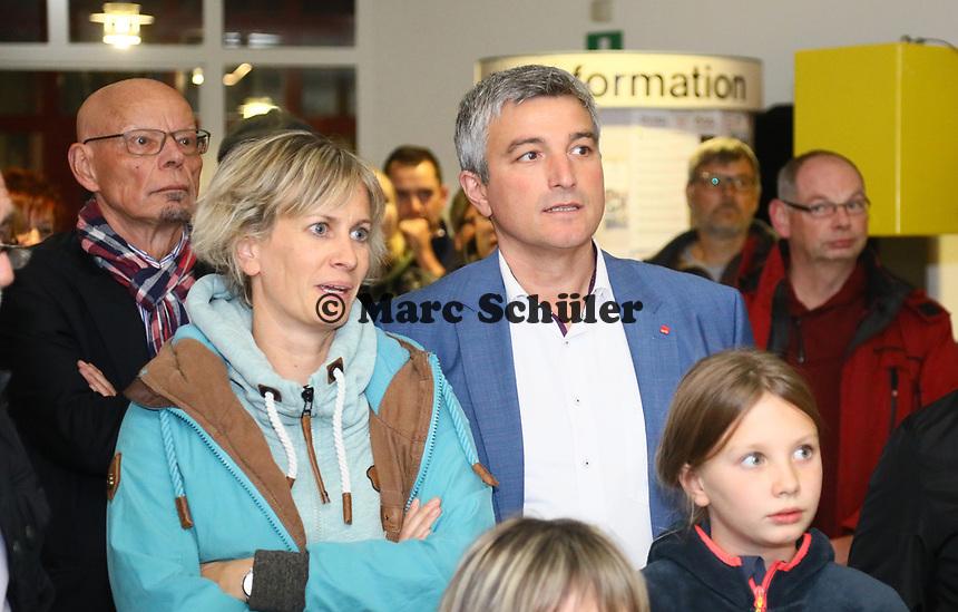 B&uuml;ttelborn 28.10.2018: B&uuml;rgermeister- und Landtagswahl<br /> SPD-B&uuml;rgermeisterkandidat Marcus Merkel verfolgt mit Frau Katrin und Alt-B&uuml;rgermeister Horst G&ouml;lzenleuchter die Wahl<br /> Foto: Vollformat/Marc Sch&uuml;ler, Sch&auml;fergasse 5, 65428 R'heim, Fon 0151/11654988, Bankverbindung KSKGG BLZ. 50852553 , KTO. 16003352. Alle Honorare zzgl. 7% MwSt.