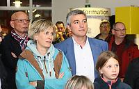 Büttelborn 28.10.2018: Bürgermeister- und Landtagswahl<br /> SPD-Bürgermeisterkandidat Marcus Merkel verfolgt mit Frau Katrin und Alt-Bürgermeister Horst Gölzenleuchter die Wahl<br /> Foto: Vollformat/Marc Schüler, Schäfergasse 5, 65428 R'heim, Fon 0151/11654988, Bankverbindung KSKGG BLZ. 50852553 , KTO. 16003352. Alle Honorare zzgl. 7% MwSt.