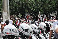 SAO PAULO, SP, 01 DE FEVEREIRO 2013 CIDADES - PROTEATO - Concentração de motofrentistas em frente ao SindimotoSP na rua Eurico Rangel, no Brooklin, em São Paulo (SP), para realização de protesto na manhã desta sexta-feira (01). As novas regras de segurança para motofrentistas começam a valer neste sábado (2), mas apenas 21 mil dos 500 mil profissionais do estado de São Paulo fizeram o curso obrigatório. Segundo o sindicato, a baixa adesão se deve aos gastos com o curso e com os itens de segurança. FOTO ADRIANO LIMA / BRAZIL PHOTO PRESS).