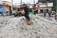 SAO PAULO, SP, 19.05.2014 - GRANIZO SAO PAULO - Bairro da Aclimação, na Zona Sul de São Paulo (SP), amanhece nesta segunda-feira (19), com algumas ruas cheias de gelo. No domingo (18), uma forte chuva de granizo atingiu a capital. A Rua Pedra Azul tem uma camada de gelo que cobre até parte das rodas dos veículos que estão estacionados no local. A via foi interditada pela Companhia de Engenharia de Tráfego (CET).(Foto: Vanessa Carvalho / Brazil Photo Press).