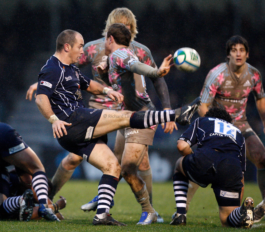 Photo: Richard Lane/Richard Lane Photography..Bristol Rugby v Stade Francais. Heineken Cup. 18/11/2007. .Bristol's Shaun Perry kicks.