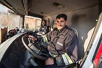 Feuerwehr in Qamishli, Rojava/Syrien.<br /> Von sieben Feuerwehr-Fahrzeugen die der YPG-Regierung in Qamishli zur Verfuegung stehen, ist nur eines funktionstuechtigt. Fuenf Fahrzeuge sind mit vorhandenen Mitteln nicht zu reparieren - Motorschaden, unbenutzbare Fahrerkabinen, defekte Stromleitungen.<br /> Zusaetzlich zumden Augaben der Feuerwehr muessen die 12 Feuerwehrmaenner - je 3 von ihnen arbeiten in 24-Stundenschichten - auch noch Wasser in Stadtteile ohne Wasserversorgung verteilen.<br /> Im Bild: Der arabische Feuerwehrmann Aziz (rechts) rueckt mit einem Kollegen zur Wasserverteilung aus.<br /> 15.12.2014, Qamishli/Rojava/Syrien<br /> Copyright: Christian-Ditsch.de<br /> [Inhaltsveraendernde Manipulation des Fotos nur nach ausdruecklicher Genehmigung des Fotografen. Vereinbarungen ueber Abtretung von Persoenlichkeitsrechten/Model Release der abgebildeten Person/Personen liegen nicht vor. NO MODEL RELEASE! Nur fuer Redaktionelle Zwecke. Don't publish without copyright Christian-Ditsch.de, Veroeffentlichung nur mit Fotografennennung, sowie gegen Honorar, MwSt. und Beleg. Konto: I N G - D i B a, IBAN DE58500105175400192269, BIC INGDDEFFXXX, Kontakt: post@christian-ditsch.de<br /> Bei der Bearbeitung der Dateiinformationen darf die Urheberkennzeichnung in den EXIF- und  IPTC-Daten nicht entfernt werden, diese sind in digitalen Medien nach §95c UrhG rechtlich geschuetzt. Der Urhebervermerk wird gemaess §13 UrhG verlangt.]