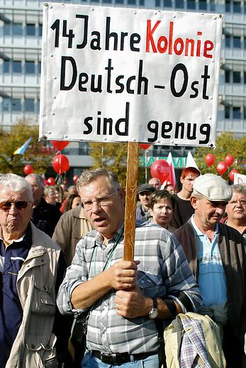 Demonstration gegen Hartz IV<br /> Mehrere 10.000 Menschen demonstrierten am Samstag den 2. Oktober 2004 in Berlin gegen die Hartz IV-Gesetze und die Reformpolitik der Bundesregierung. Aufgerufen zu dieser bundesweiten Demonstration hatte ein breites Buendnis von attac, PDS, verschiedenen Gewerkschaften und sozial engagierten Gruppen.<br /> 2.10.2004, Berlin<br /> Copyright: Christian-Ditsch.de<br /> [Inhaltsveraendernde Manipulation des Fotos nur nach ausdruecklicher Genehmigung des Fotografen. Vereinbarungen ueber Abtretung von Persoenlichkeitsrechten/Model Release der abgebildeten Person/Personen liegen nicht vor. NO MODEL RELEASE! Nur fuer Redaktionelle Zwecke. Don't publish without copyright Christian-Ditsch.de, Veroeffentlichung nur mit Fotografennennung, sowie gegen Honorar, MwSt. und Beleg. Konto: I N G - D i B a, IBAN DE58500105175400192269, BIC INGDDEFFXXX, Kontakt: post@christian-ditsch.de<br /> Bei der Bearbeitung der Dateiinformationen darf die Urheberkennzeichnung in den EXIF- und  IPTC-Daten nicht entfernt werden, diese sind in digitalen Medien nach &sect;95c UrhG rechtlich geschuetzt. Der Urhebervermerk wird gemaess &sect;13 UrhG verlangt.]
