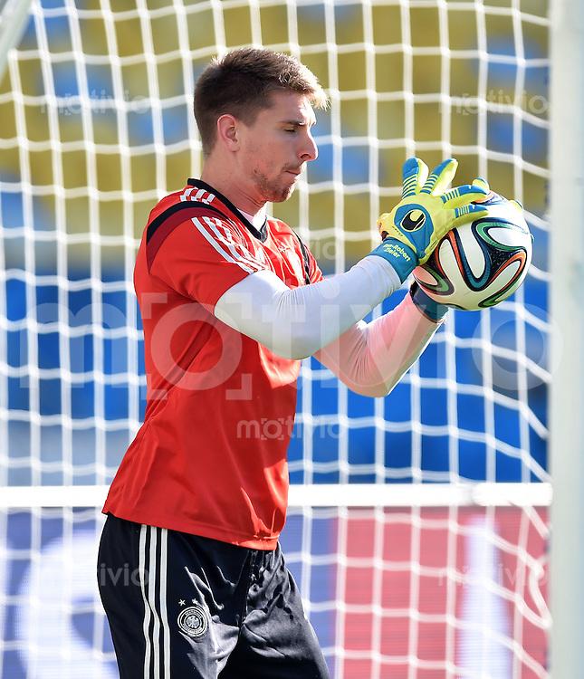 FUSSBALL WM 2014  Viertelfinale in Rio Frankreich - Deutschland               03.07.2014 Abschlusstraining Deutschland im Maracana Stadion: Torwart Ron-Robert Zieler (Deutschland) mit Ball