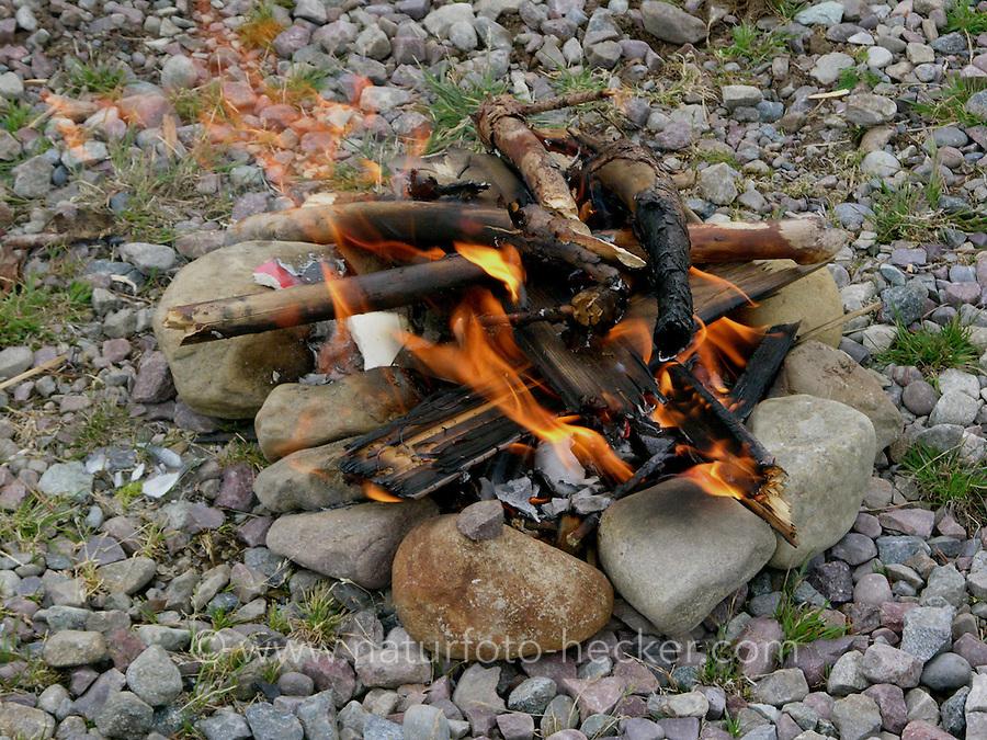 Kinder machen Lagerfeuer, Feuer, Feuerstelle, Outdoor