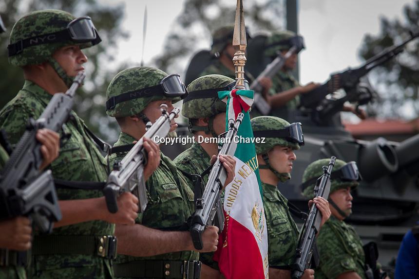Quer&eacute;taro, Qro., 2 de septiembre de 2016.- Esta ma&ntilde;ana en la explanada de este Cuartel General, el C. General de <br /> Divisi&oacute;n D.E.M. Pedro Felipe Gurrola Ram&iacute;rez, Comandante de la XII Regi&oacute;n Militar, dio posesi&oacute;n del mando y tom&oacute; la protesta de Bandera al C. General de Brigada D.E.M. Carlos C&eacute;sar G&oacute;mez L&oacute;pez, como Comandante de la 17/a. Zona Militar. <br /> Con motivo de la pol&iacute;tica de rotaci&oacute;n de mandos que realiza la Secretar&iacute;a de la Defensa Nacional, el C. General de Brigada D.E.M. Carlos C&eacute;sar G&oacute;mez L&oacute;pez, quien fuera Comandante de la Guarnici&oacute;n de Nuevo Laredo, Tamps., caus&oacute; alta como Comandante de esta Zona Militar con fecha 1/o. de septiembre del presente a&ntilde;o, tras 40 a&ntilde;os de servicio. <br /> <br /> Foto: Demian Ch&aacute;vez