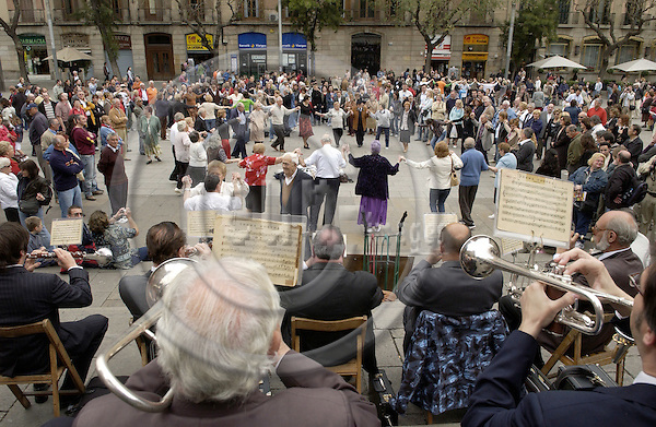 Barcelona-Spain - 17 April 2006---Sardana-dancing people in front of the cathedral---culture, people---Photo: Horst Wagner / eup-images