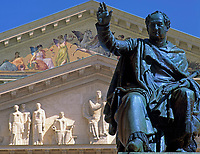 Deutschland, Bayern, Oberbayern, Muenchen: Koenig Max II. Joseph Denkmal vorm National Theater | Germany, Bavaria, Upper Bavaria, Munich: King Maximilian II. Joseph in front of National Theatre (Opera House)