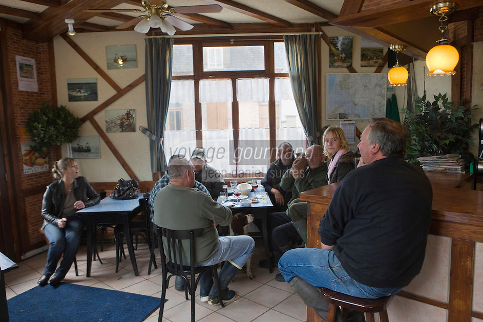EuEurope/France/Picardie/80/Somme/Baie de Somme/ Le Crotoy: Aprés une matinée de chasse les chasseurs prennent leur apéritif à l'  Auberge de la Marine