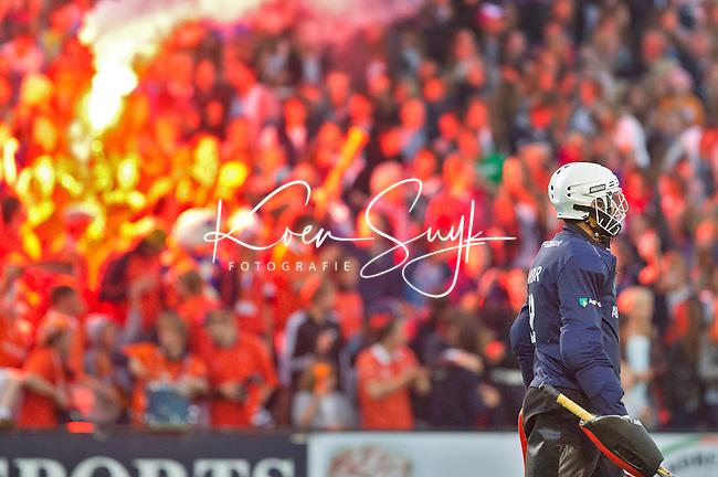 BLOEMENDAAL -   Vuurwerk van de supporters van Bloemendaal tijdens de Halve finale play off's hockey Bloemendaal-Laren (6-0). Op de voorgrond keeper Akbar van Laren. ANP COPYRIGHT KOEN SUYK