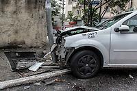 SÃO PAULO, SP, 24.12.2014 - TÁXI COLIDE COM POSTE - Táxi colidiu com um poste na rua Silva Bueno esquina com a rua Almirante Lobo no bairro do Ipiranga na manhã desta quarta-feira, (24).Em uma possível perseguição policial. (Foto: Renato Mendes / Brazil Photo Press)
