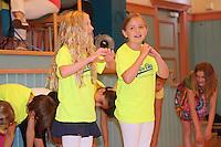 Schulchor der Lindenschule tritt auf. Die zu verabschiedenden Vierklässler stehen vor der Bühne und zeigen ihr Herz für die Schule