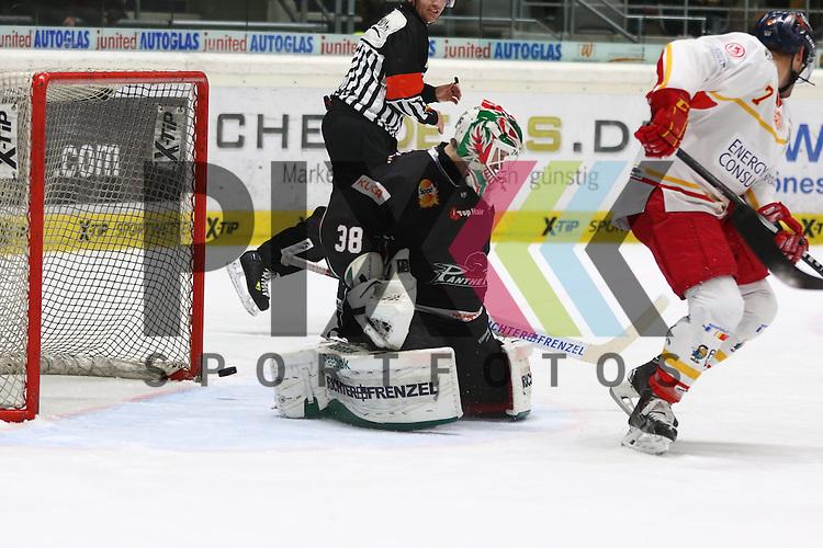 David van der Gulik (DEG, #7) f&auml;lscht ab zum F&uuml;hrungstreffer zum 2:3 gegen Jeff Deslauriers  (Torwart Augsburger Panther #38)m<br /> <br /> Augsburger Panther vs. D&uuml;sseldorfer EG, 23. Spieltag, 04.12.2015, beim Spiel in der DEL Augsburger Panther - Duesseldorfer EG.<br /> <br /> Foto &copy; PIX-Sportfotos *** Foto ist honorarpflichtig! *** Auf Anfrage in hoeherer Qualitaet/Aufloesung. Belegexemplar erbeten. Veroeffentlichung ausschliesslich fuer journalistisch-publizistische Zwecke. For editorial use only.
