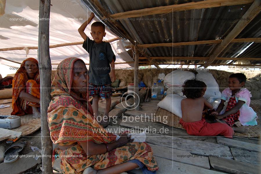 BANGLADESH, Southkhali in district Bagerhat, cyclone Sidr has flooded and destroyed many villages and claimed many victims, people take shelter / Bangladesch, Wirbelsturm Sidr und eine Sturmflut zerstoeren viele Doerfer im Kuestengebiet von Southkhali, Opfer in Notunterkuenften
