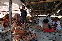BANGLADESH, Southkhali in district Bagerhat, cyclone Sidr has flooded and destroyed many villages and claimed many victims, people take shelter / Bangladesch, Wirbelsturm Sidr und eine Sturmflut zerstoeren viele Doerfer im Kuestengebiet von Southkhali, Opfer in Notunterkuenften