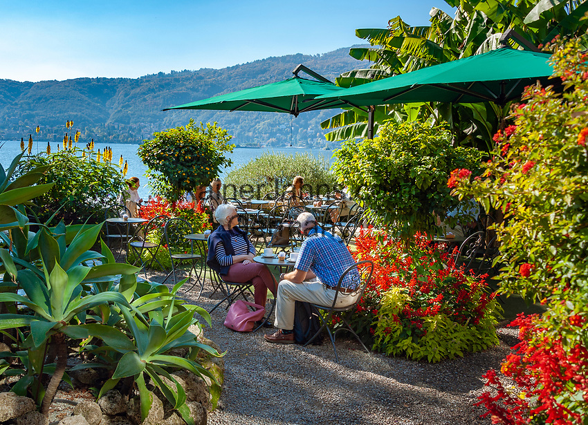 Italy, Piedmont, near Stresa: Isola Madre, the largest of the five Borromean Islands (Isole Borromee) of lake Lago Maggiore, café in park of Palazzo Madre | Italien, Piemont, bei Stresa: Isola Madre, die groesste der fuenf Borromaeischen Inseln im Lago Maggiore, Café im Park des Palazzo Madre, heute ein Museum